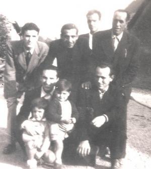 Tres de los seis guerrilleros del Grupo de Pablo tras llegar a Francia, a finales de 1952. Pérez Rubiño es el agachado de la derecha; Enrique Urbano, en pie, tercero desde la derecha; y José Navas Navas, en pie, primero por la derecha.