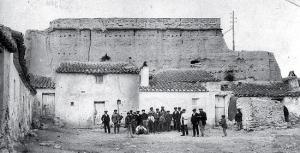 Restos de la Alcazaba de Baza a finales del siglo XIX, ya prácticamente desmoronada y ocupada por viviendas.