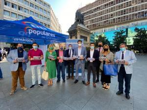 Cargos públicos del PP en la carpa instalada en la Plaza Isabel La Católica.