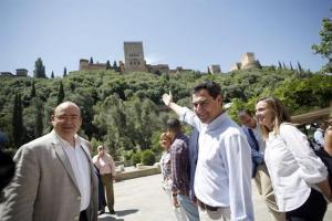 Juan Manuel Moreno, junto a Sebastián Pérez y Marifrán Carazo, en un acto del PP el año pasado.