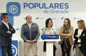 Catalina García con los representantes del PP granadino.