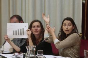 Marta Gutiérrez y Pilar Rivas durante el pleno.