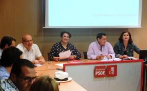 Teresa Jiménez, en el centro, durante una reunión de la ejecutiva socialista.