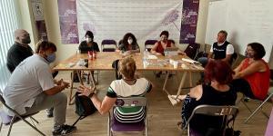 Martina Velarde y otros representantes de Podemos Andalucía, en su reunión con la Marea Blanca.