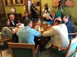 Los equipos negociadores del PP y Ciudadanos reunidos esta tarde en el Ayuntamiento.