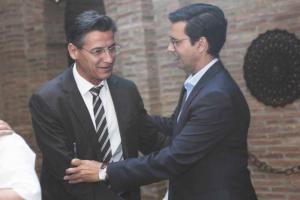 Luis Salvador y Francisco Cuenca se saludan.