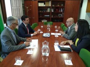 El alcalde, durante la reunión con los portavoces de los sindicatos de funcionarios de Justicia.