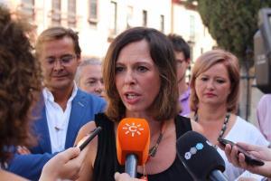 Rocío Díaz atiende a los medios de comunicación.