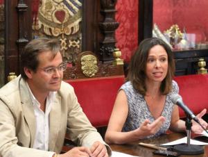 Rocío Díaz con Antonio Granados en una rueda de prensa.