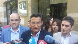 Luis Salvador, atendiendo a los medios de comunicación.