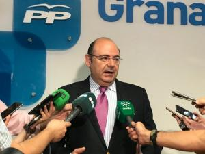 Sebastián Pérez atiende a los periodistas esta tarde antes de la reunión de la Junta Directiva Provincial.