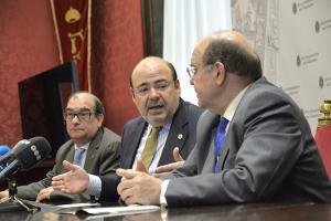 Sebastián Pérez, con representantes de la federación de cofradías, este miércoles.