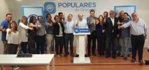 Candidatos y candidatas, cargos públicos y dirigentes del PP granadino celebran los resultados electorales.