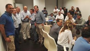 Sebastián Pérez sigue los resultados en la sede del PP con candidatos y candidatas y cargos públicos de su partido.