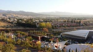 Vista del Centro Comercial Serrallo y las edificaciones anejas.