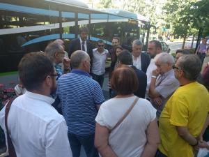 Representantes municipales, de los agentes sociales y la Marea Amarilla, a las puertas de Subdelegación.