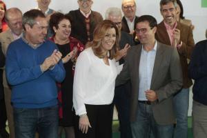 Cuenca recibe la felicitación de Susana Díaz al inicio del acto celebrado en Granada.