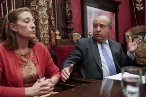 Torres Hurtado e Isabel Nieto, en la comparecencia tras su dimisión en 2016.