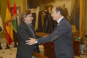 Baldomero Oliver y Juan García Montero en el despacho de Alcaldía.