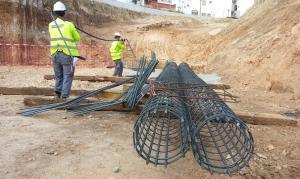 Trabajos de construcción de un paso subterráneo bajo las vías del tren en Loja.