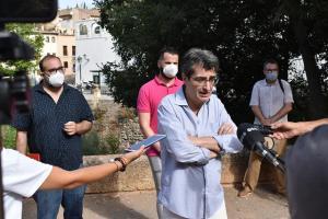Antonio Cambril, junto al Darro, en el acto reivindicativo de este lunes.