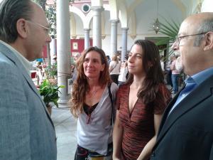 Marta Gutiérrez, con Luis de Haro y Pilar Rivas, charla con Eduardo Caracuel.
