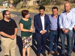 La delegada de la Junta y el alcalde en una visita a la carretera.