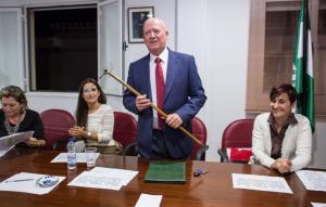 El nuevo alcalde socialista, con el bastón de mando.