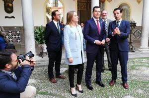 Juan Manuel Moreno, flanqueado por el alcalde de Granada y la consejera de Fomento, en su visita al Ayuntamiento de la capital.