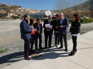 Los representantes del PSOE en su visita a Cenes.