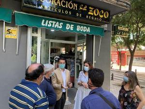 Paco Cuenca, con Raquel Ruz, en su visita al barrio de Doctores.