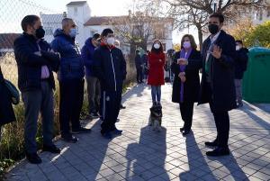 Francisco Cuenca, acompañado por la parlamentaria María José Sánchez y ediles del PSOE, en su visita al barrio.