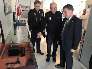 El subdelegado del Gobierno en su visita a la sede policial.