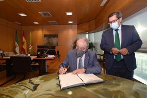 Miguel Gracia firma en el libro de honor de la Diputación de Granada