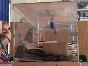 Urna con votos al Senado en un colegio de Granada.
