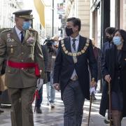 Teniente general del Madoc, alcalde y subdelegada del Gobierno se dirigen a la Capilla Real.