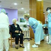 Araceli Rosario Hidalgo, nacida en Guadix hace 96 años, primera persona vacunada en España.