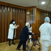 Araceli es aplaudida tras abandonar la sala en la que fue vacunada.