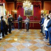 Rosario de la Torre se dirige a los corporativos y autoridades en el salón de plenos de Granada.