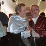 Los dos 'Doctores Honoris Causa' se saludan, emocionados.