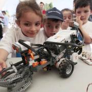 Los niños alucinan con la tecnología expuesta en el parque.