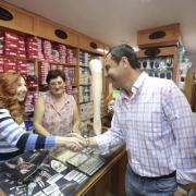 Juanma Moreno, en uno de los comercios que visitó en Maracena.